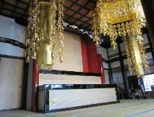 寺院本堂の修復工事の様子