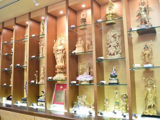 仏像をはじめ仏具も多数展示